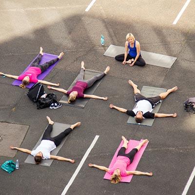 Unser Yogafest im Hof bei strahlendem HImmel.